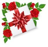 Geschenkbox mit Bogen von der Spitze mit Rotrosenblume Lizenzfreie Stockfotografie