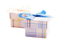 Geschenkbox mit Bogenseide. Stockfotos