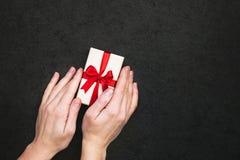 Geschenkbox mit der Hand Stockbild