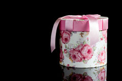 Geschenkbox mit einem rosa Bogen Lizenzfreie Stockfotografie