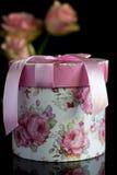 Geschenkbox mit einem rosa Bogen Stockbild