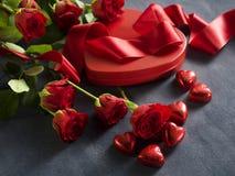Geschenkbox mit einem roten Band an Valentinsgruß ` s Tag Stockbild