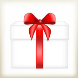 Geschenkbox mit einem roten Bogen, für ein Geschenk, verpackend Geschenk in einem weißen Kasten und boxt mit einem roten Band, Lizenzfreies Stockfoto