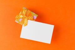 Geschenkbox mit einfacher Karte stockbilder