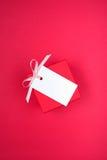 Geschenkbox mit Empty tag Lizenzfreie Stockfotos