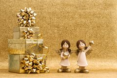 Geschenkbox mit Feiertagsdekoration Engel des Bandes kleiner Lizenzfreie Stockbilder