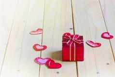 Geschenkbox mit Herzen auf hölzerner Tabelle, Valentinsgruß ` s Tageshintergrund Lizenzfreies Stockfoto