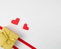 Geschenkbox mit Herzen zwei Stockbild