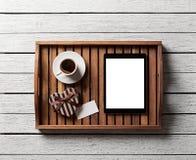 Geschenkbox mit leerem Tag und digitaler Tablette Lizenzfreie Stockfotografie