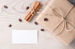 Geschenkbox mit nahe gelegenem der leeren Karte verziert Lizenzfreies Stockbild