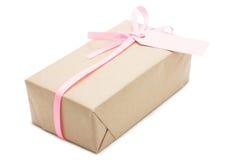 Geschenkbox mit rosa Band und Aufkleber. stockfotos