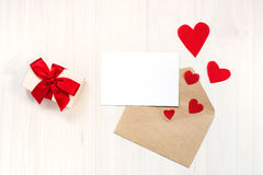Geschenkbox mit rotem Bogen und Karte Lizenzfreie Stockfotografie