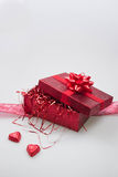 Geschenkbox mit Süßigkeitsherzen und -band Stockbilder