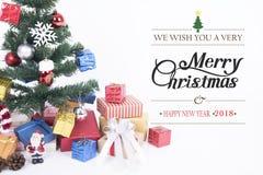 Geschenkbox mit Schneeflocke auf Weihnachtsbaum und frohen Weihnachten Stockbild