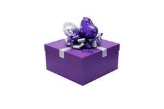 Geschenkbox mit silbernem Band und das geformte Herz steigen, lokalisiertes O im Ballon auf Stockbilder