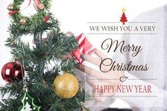 Geschenkbox mit Weihnachtsbaum und frohen Weihnachten Lizenzfreie Stockbilder