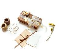 Geschenkbox (Paket) mit Blumen, Umschlag mit leerem Geschenktag auf weißem Hintergrund Stockbilder