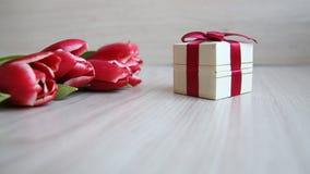 Geschenkbox trägt den Rahmen zu den Farben ein und übergibt dann aufhebt ein Geschenk stock footage