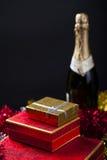 Geschenkbox und Champagne Stockfotos