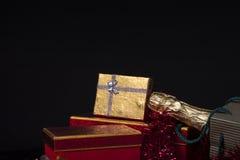 Geschenkbox und Champagne Stockbild