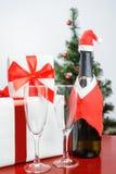 Geschenkbox und Champagner Stockfotos