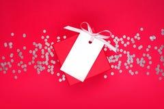 Geschenkbox und Empty tag mit Band Lizenzfreie Stockbilder