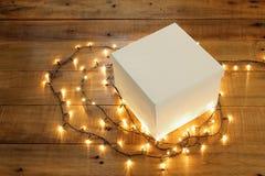Geschenkbox und feenhafte Lichter Lizenzfreies Stockbild