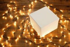 Geschenkbox und feenhafte Lichter Stockbild