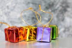 Geschenkbox-und Flitter-Hintergrund Lizenzfreie Stockfotografie