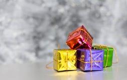 Geschenkbox-und Flitter-Hintergrund Lizenzfreie Stockfotos