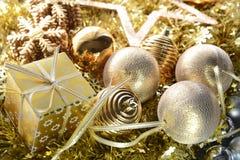 Geschenkbox- und Goldweihnachtsball stockfoto