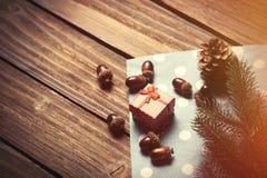Geschenkbox- und Kiefernkegel Lizenzfreie Stockfotos