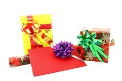 Geschenkbox und Rollenpapier mit Geschenkkarte Lizenzfreie Stockfotos
