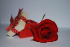 Geschenkbox und rote Rosen auf weißem Hintergrund stockfotos