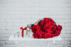 Geschenkbox und rote Rosen Geschenk am Valentinstag für Frau Lizenzfreie Stockfotos