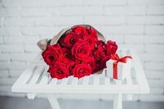 Geschenkbox und rote Rosen Geschenk am Valentinstag für Frau Stockbilder