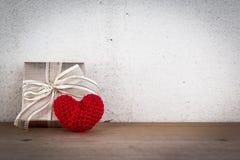 Geschenkbox und rotes Herz-geformte Seide Lizenzfreie Stockbilder