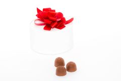 Geschenkbox und Süßigkeiten. Stockfotografie