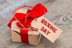 Geschenkbox und Tag mit einem Text: 26. Dezember, auf hölzernem Hintergrund Stockbild