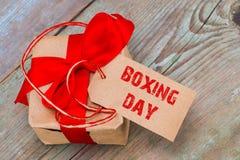 Geschenkbox und Tag mit einem Text: 26. Dezember, auf hölzernem Hintergrund Stockfoto