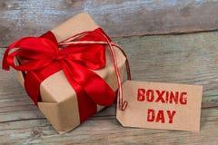 Geschenkbox und Tag mit einem Text: 26. Dezember, auf hölzernem Hintergrund Lizenzfreies Stockfoto