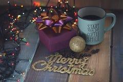 Geschenkbox und Tasse Kaffee, Goldaufschrift auf dem tablenn Lizenzfreie Stockfotos