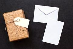 Geschenkbox und Umschlag mit einem Blatt Papier Lizenzfreies Stockbild