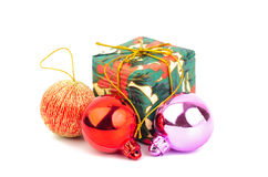 Geschenkbox- und Weihnachtsball Stockbild