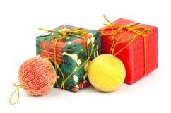 Geschenkbox- und Weihnachtsball Lizenzfreies Stockfoto
