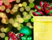 Geschenkbox- und Weihnachtsball - das Konzept des Feiertags Stockfoto