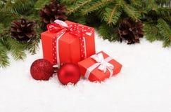 Geschenkbox- und Weihnachtsbaumast Stockfoto