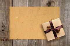 Geschenkbox und Weinlesepapier Stockfotografie