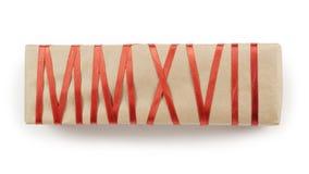 Geschenkbox vom Kraftpapier mit dem roten Band, das Text MMXVII bildet Lizenzfreies Stockfoto