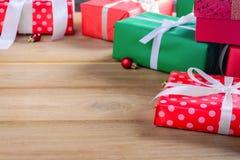 Geschenkbox vorhanden auf einem Holztisch mit Weihnachten Stockbild